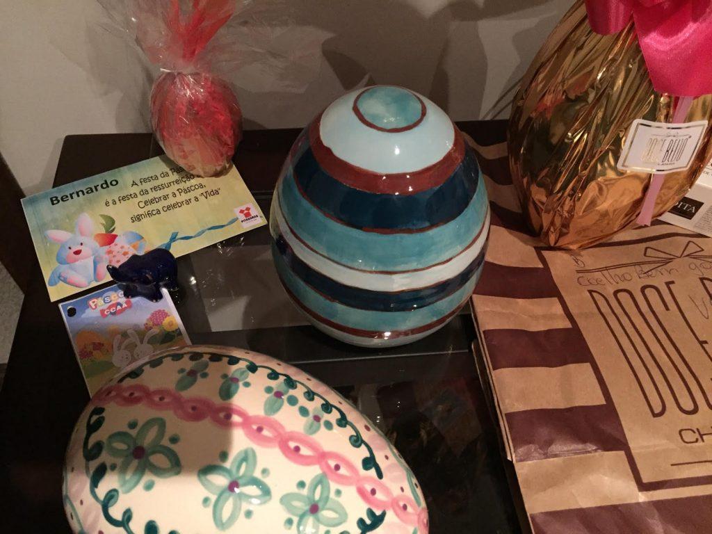 Esses ovos estilizados em porcelana foram feitos por outra pessoa especial: a amiga de sempre Carla!