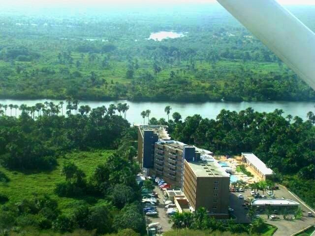 Nosso hotel visto do avião, ao lado do Rio Preguiças! A grande maioria dos hóspedes era europeu!