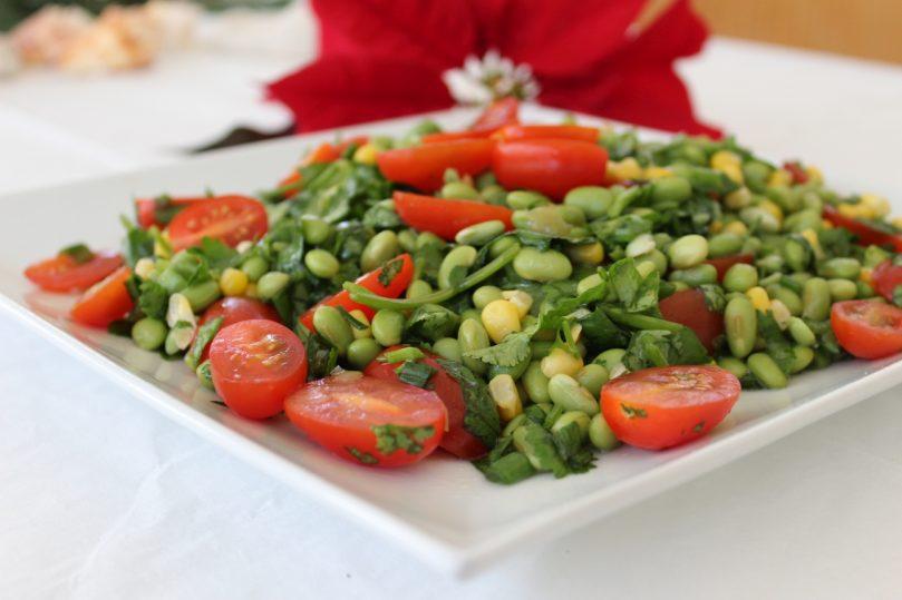 salada soja verde tomates